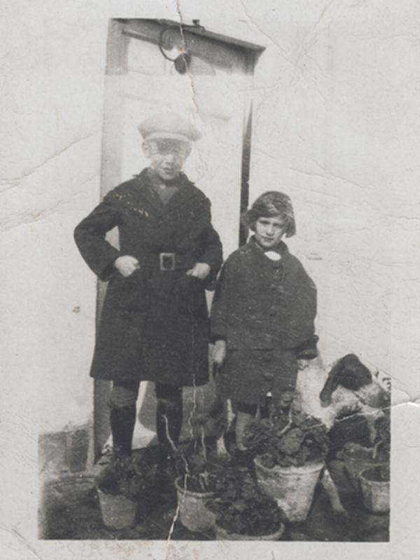 Gloria Fuertes | Madrid, 1917-1998 | Centenario Gloria Fuertes | Gloria Fuertes con su hermano José | 1928