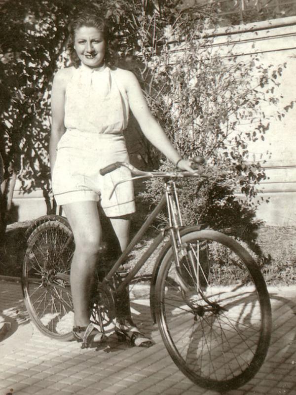 Gloria Fuertes | Madrid 1917-1998 | Centenario Gloria Fuertes | Gloria Fuertes joven en bicicleta (1941)