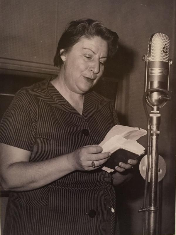 Gloria Fuertes | Madrid, 28 julio 1917 - ibídem, 27 noviembre 1998 | Centenario | Gloria Fuertes | Leyendo poemas en la radio