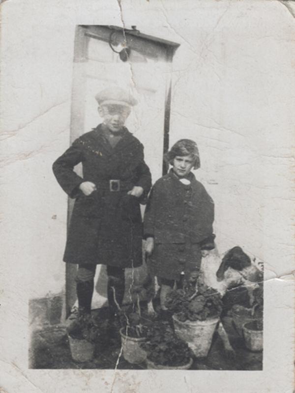 Gloria Fuertes y su hermano José en 1926