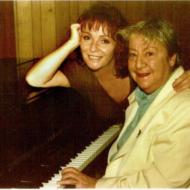 Gloria Fuertes | Poet y escritora | Madrid, 1917-1998 | Al piano con Mari Pepa de Chamberí | Años 80