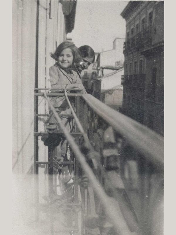 Gloria Fuertes | Poeta y escritora | Madrid 1917-1998 | De niña en un balcón